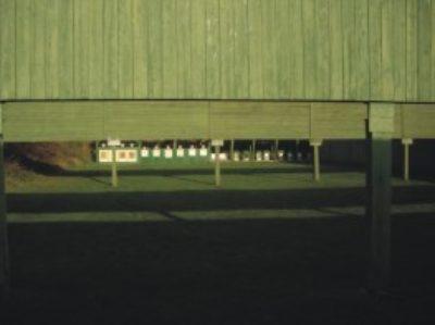 Dieser Stand besitzt 20 Schiessbahnen (4 Großkaliberbahnen und 16 Kleinkaliberbahnen) und ist zugelassen für Kurz- und Langwaffen bis 7000 Joule und Vorderlader allgemein. Die Schussentfernung beträgt 50m. Hier haben sie die Möglichkeit, folgende DSB-Disziplinen zu trainieren: KK-Sportgewehr, Klappscheiben, Großkaliberpistole, Selbstladebüchse und Ordonnanzgewehr und Vorderladerlangwaffen.