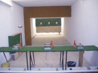 Dieser Stand besitzt 3 Schiessbahnen und ist zugelassen für Luft- und CO2-Waffen. Die Schussentfernung beträgt 10m. Hier haben sie die Möglichkeit, folgende DSB-Disziplinen zu trainieren: Luftpistole und -gewehr